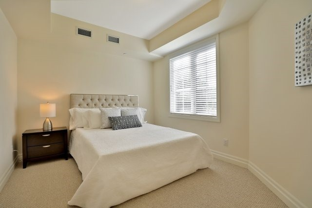 Condo Apartment at 2300 Upper Middle Rd W, Unit 212, Oakville, Ontario. Image 5