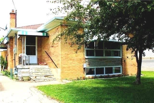 Detached at 8 Charles St, Brampton, Ontario. Image 1