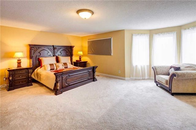 Detached at 943 Ceremonial Dr, Mississauga, Ontario. Image 6
