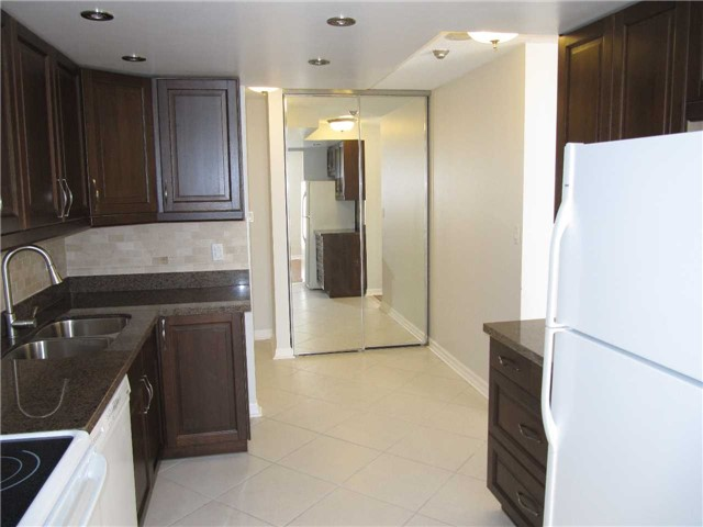 Condo Apartment at 155 Hillcrest Ave, Unit 1712, Mississauga, Ontario. Image 3
