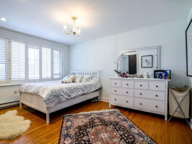 Detached at 200 Glenview Dr, Mississauga, Ontario. Image 5