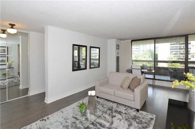 Condo Apartment at 100 Quebec Ave, Unit 605, Toronto, Ontario. Image 12