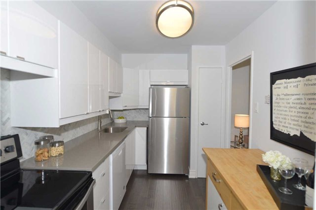 Condo Apartment at 100 Quebec Ave, Unit 605, Toronto, Ontario. Image 18