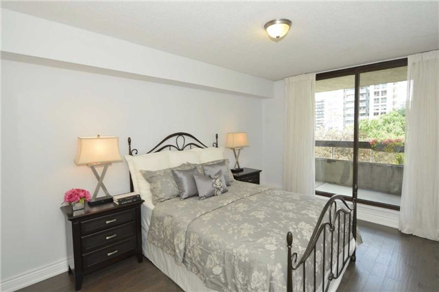 Condo Apartment at 100 Quebec Ave, Unit 605, Toronto, Ontario. Image 20
