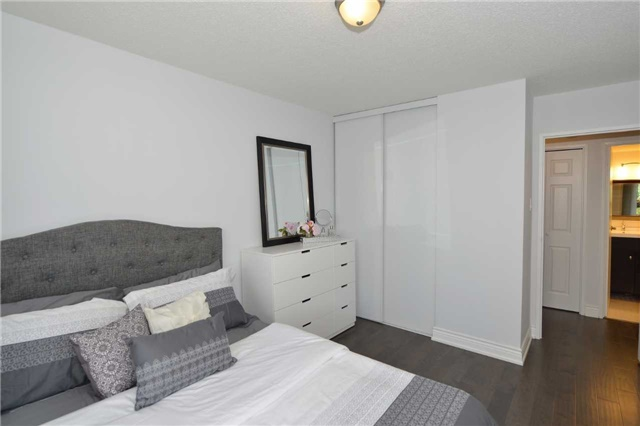 Condo Apartment at 100 Quebec Ave, Unit 605, Toronto, Ontario. Image 4