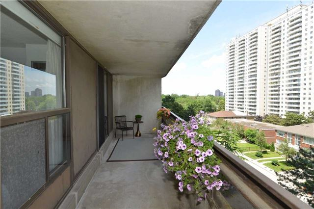 Condo Apartment at 100 Quebec Ave, Unit 605, Toronto, Ontario. Image 8