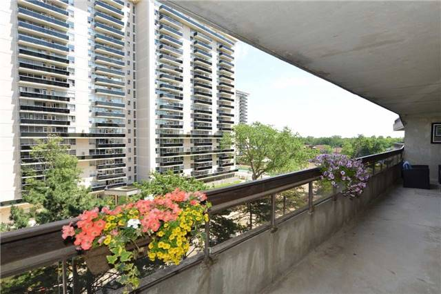 Condo Apartment at 100 Quebec Ave, Unit 605, Toronto, Ontario. Image 9