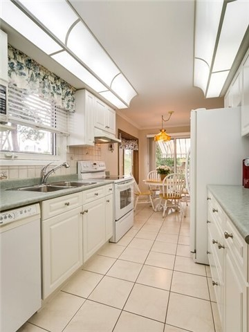 Semi-detached at 2111 Farrier Mews, Mississauga, Ontario. Image 17