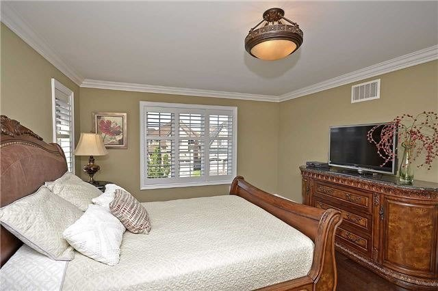 Detached at 5535 Doctor Peddle Cres, Mississauga, Ontario. Image 2