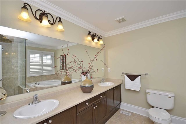 Detached at 5535 Doctor Peddle Cres, Mississauga, Ontario. Image 3