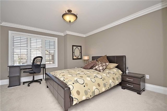 Detached at 5535 Doctor Peddle Cres, Mississauga, Ontario. Image 4