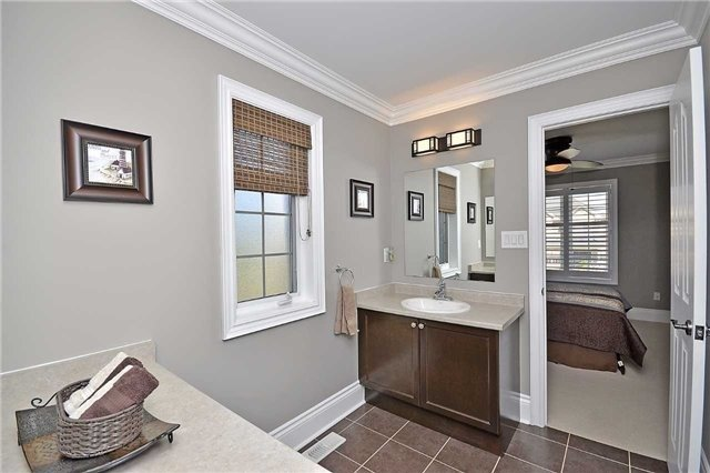 Detached at 5535 Doctor Peddle Cres, Mississauga, Ontario. Image 6