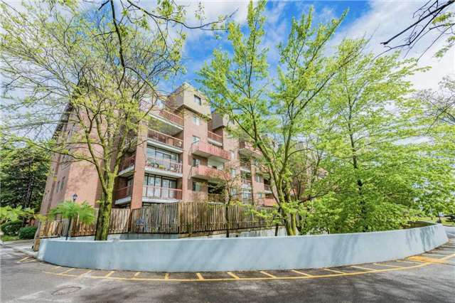 Condo Apartment at 3025 The Credit Woodlands Dr, Unit 318, Mississauga, Ontario. Image 1