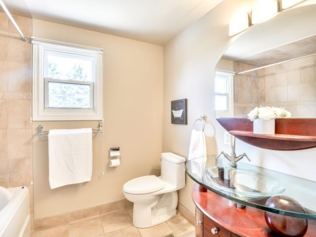 Detached at 15842 Horseshoe Hill Rd, Caledon, Ontario. Image 3