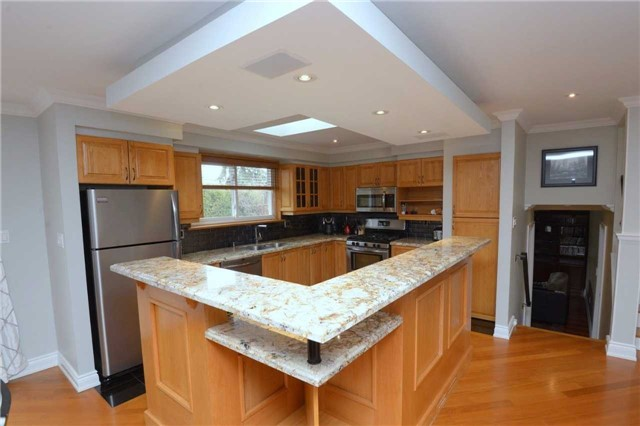 Detached at 2220 Urwin Cres, Oakville, Ontario. Image 2