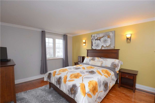 Detached at 2220 Urwin Cres, Oakville, Ontario. Image 4