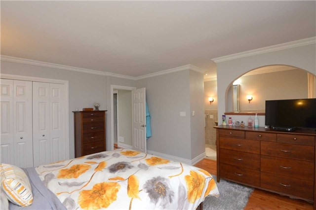 Detached at 2220 Urwin Cres, Oakville, Ontario. Image 5