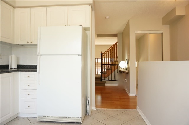 Condo Townhouse at 6060 Snowy Owl Cres, Unit 6, Mississauga, Ontario. Image 2