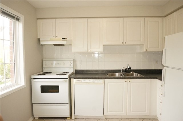 Condo Townhouse at 6060 Snowy Owl Cres, Unit 6, Mississauga, Ontario. Image 3
