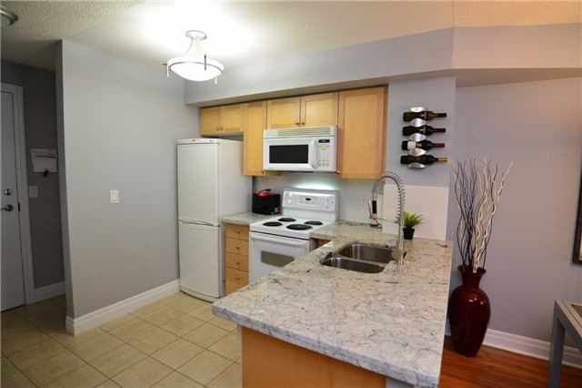 Condo Apartment at 2121 Lakeshore Blvd W, Unit 816, Toronto, Ontario. Image 14