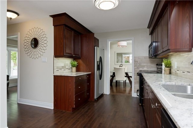 Detached at 906 Cabot Tr, Milton, Ontario. Image 4