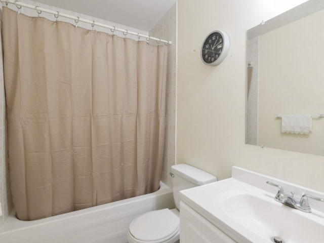 Condo Apartment at 1055B Forestwood Dr, Unit 222, Mississauga, Ontario. Image 2