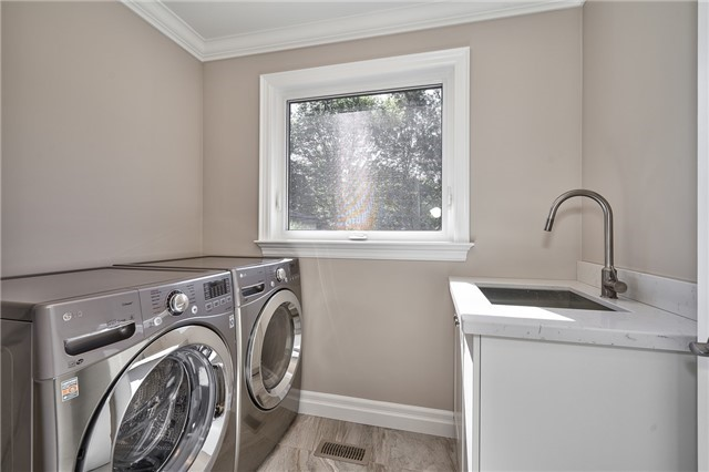 Detached at 5092 Spruce Ave, Burlington, Ontario. Image 2