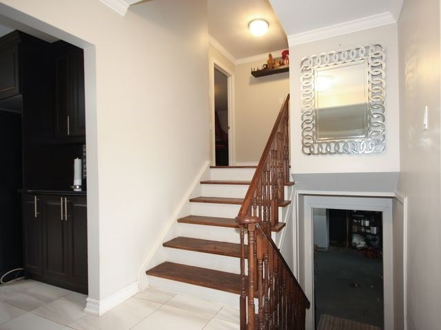 Detached at 570 Trafford Cres, Oakville, Ontario. Image 4