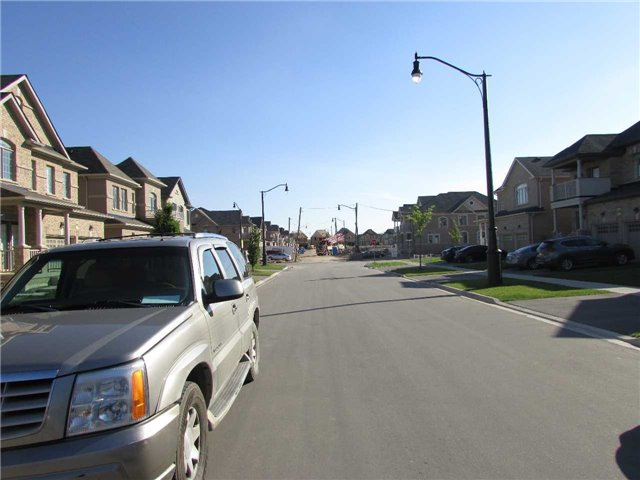Detached at 9 Lisson Cres, Brampton, Ontario. Image 13