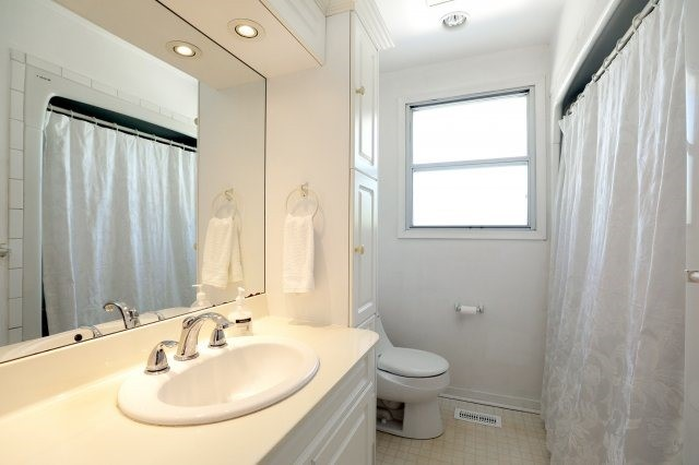 Detached at 2075 Seabrook Dr, Oakville, Ontario. Image 5
