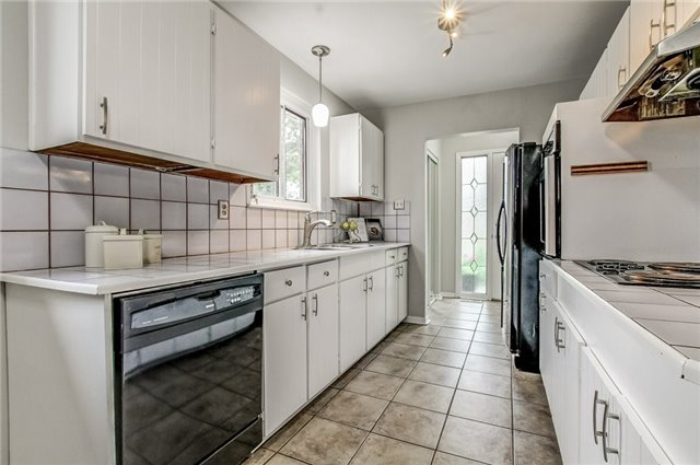 Semi-detached at 566 Tedwyn Dr, Mississauga, Ontario. Image 19
