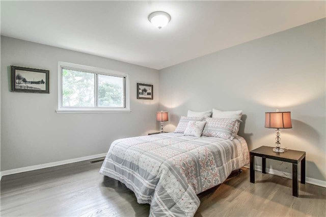 Semi-detached at 566 Tedwyn Dr, Mississauga, Ontario. Image 3