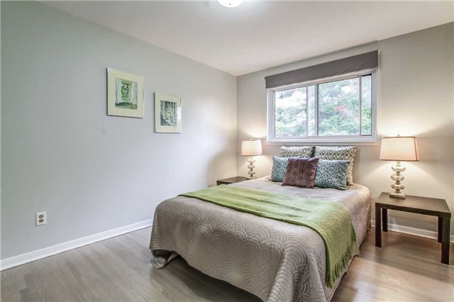 Semi-detached at 566 Tedwyn Dr, Mississauga, Ontario. Image 5