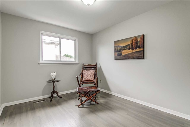 Semi-detached at 566 Tedwyn Dr, Mississauga, Ontario. Image 6