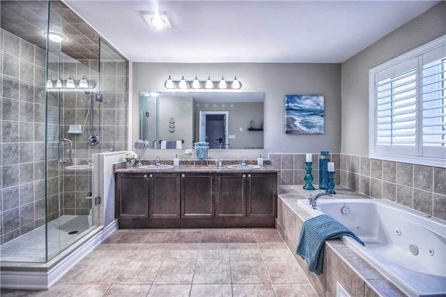 Detached at 3111 Seabright Dr, Mississauga, Ontario. Image 3