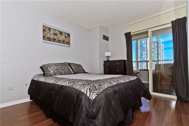 Condo Apartment at 400 Webb Dr, Unit 2406, Mississauga, Ontario. Image 16