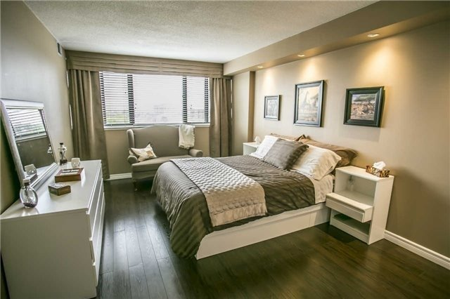 Condo Apartment at 200 Robert Speck Pkwy, Unit 1004, Mississauga, Ontario. Image 4