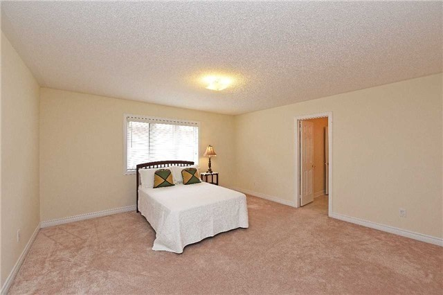 Detached at 5390 Freshwater Dr, Mississauga, Ontario. Image 5