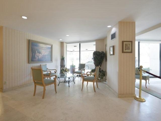 Condo Apartment at 3700 Kaneff Cres, Unit 2204, Mississauga, Ontario. Image 15