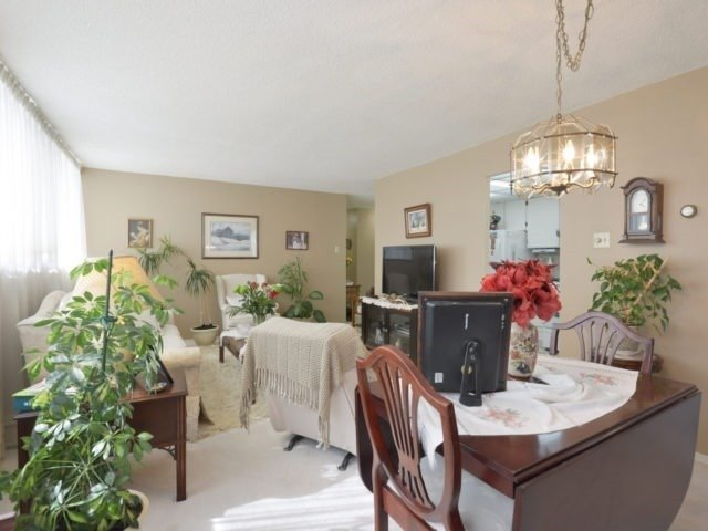 Condo Apartment at 3700 Kaneff Cres, Unit 2204, Mississauga, Ontario. Image 18