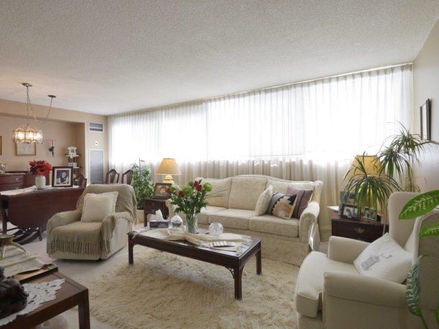 Condo Apartment at 3700 Kaneff Cres, Unit 2204, Mississauga, Ontario. Image 19