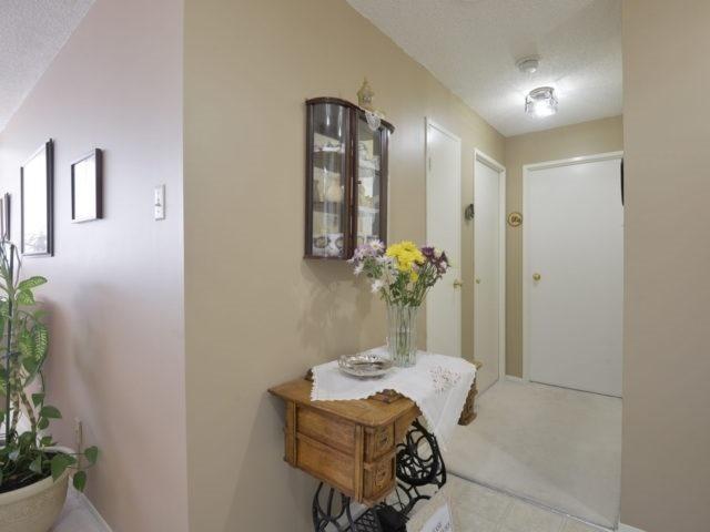 Condo Apartment at 3700 Kaneff Cres, Unit 2204, Mississauga, Ontario. Image 20