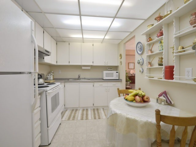 Condo Apartment at 3700 Kaneff Cres, Unit 2204, Mississauga, Ontario. Image 2