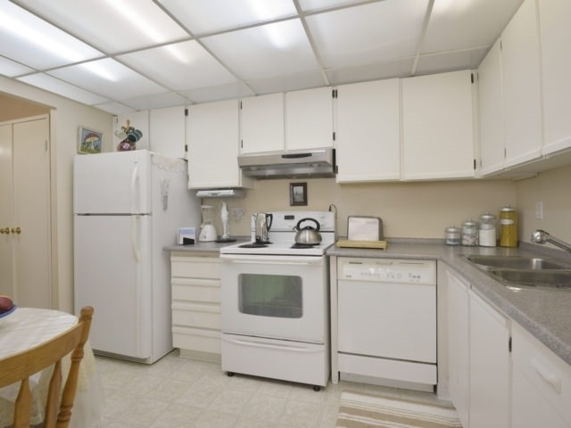 Condo Apartment at 3700 Kaneff Cres, Unit 2204, Mississauga, Ontario. Image 3