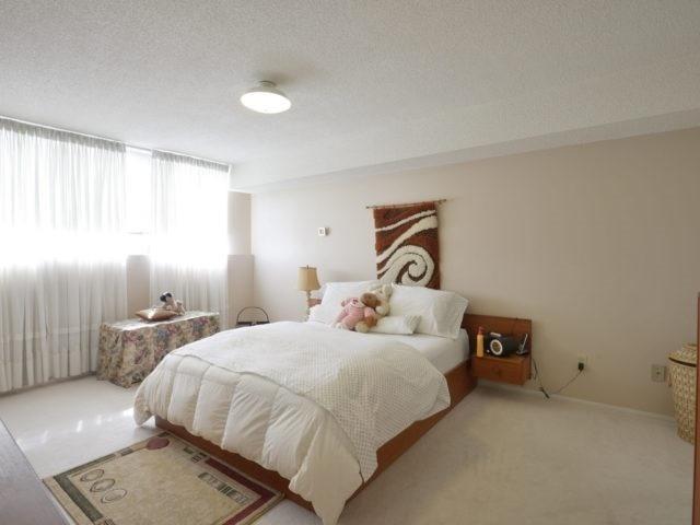 Condo Apartment at 3700 Kaneff Cres, Unit 2204, Mississauga, Ontario. Image 4