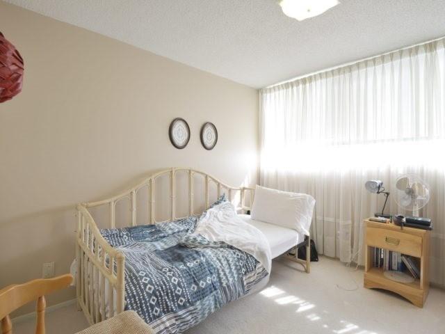 Condo Apartment at 3700 Kaneff Cres, Unit 2204, Mississauga, Ontario. Image 6
