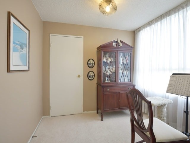 Condo Apartment at 3700 Kaneff Cres, Unit 2204, Mississauga, Ontario. Image 8