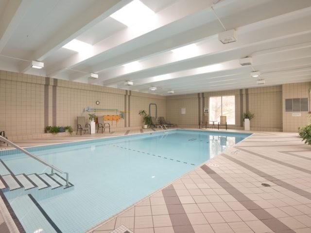 Condo Apartment at 3700 Kaneff Cres, Unit 2204, Mississauga, Ontario. Image 10