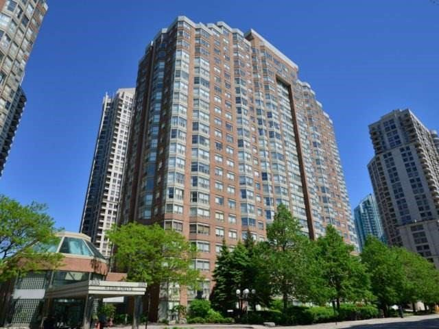 Condo Apartment at 325 Webb Dr, Unit 404, Mississauga, Ontario. Image 1