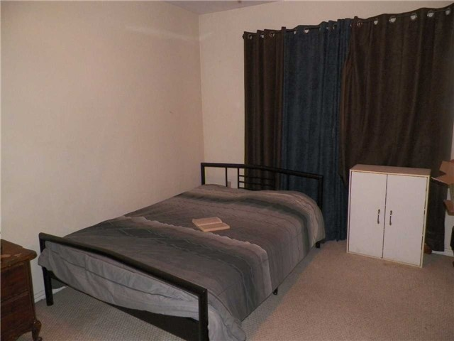 Condo Townhouse at 2825 Gananoque Dr, Unit 16, Mississauga, Ontario. Image 9